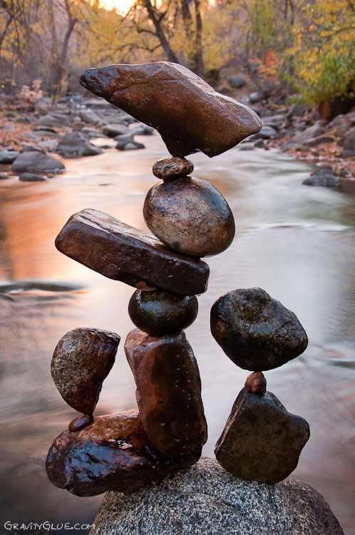 אמנות של איזון אבנים בנהר