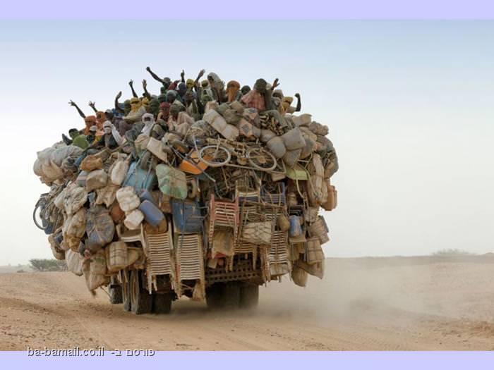 הרבה אנשים וחפצים על משאית אחת