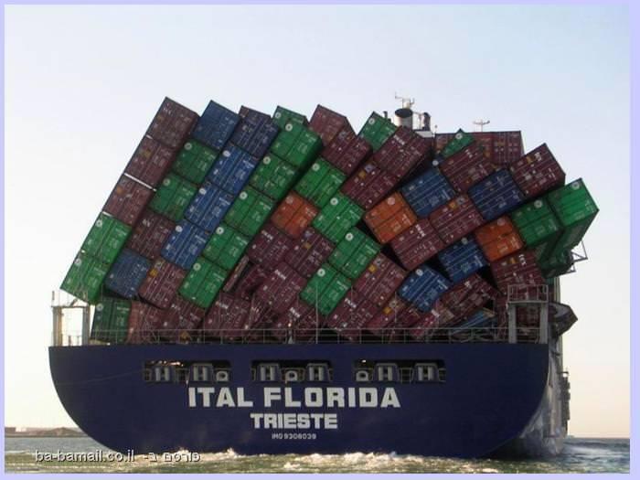 ספינה עמוסה בקונטיינרים