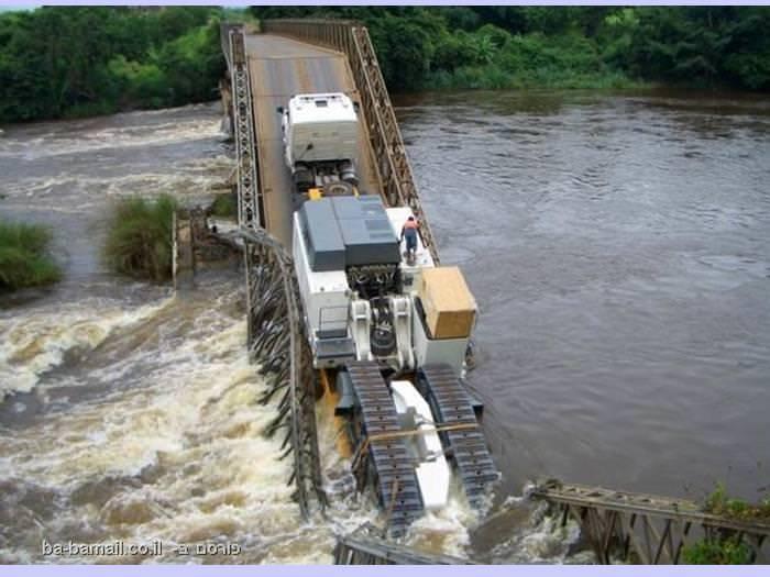 משאית נפלה מגשר