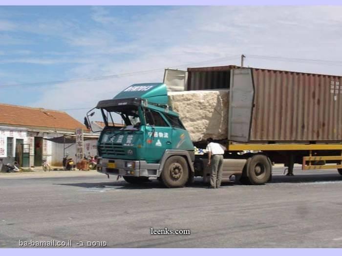 אבן גדולה בתוך משאית