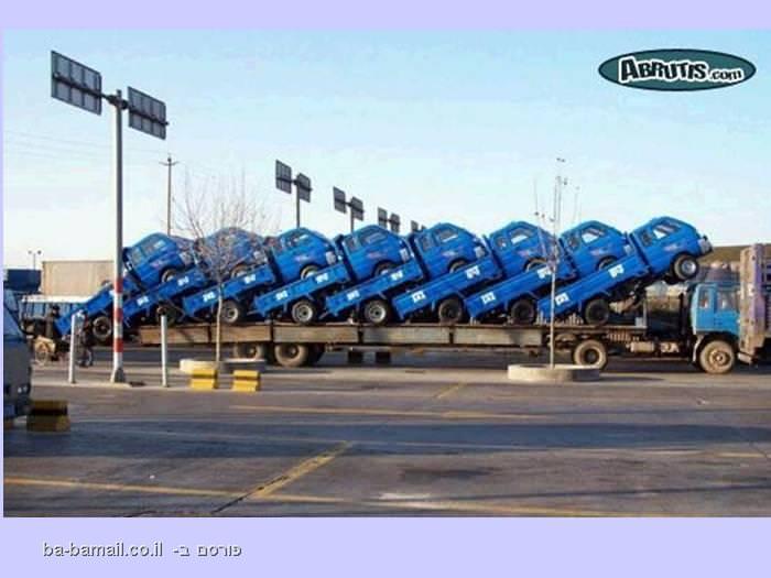 משאית מובילה הרבה משאיות