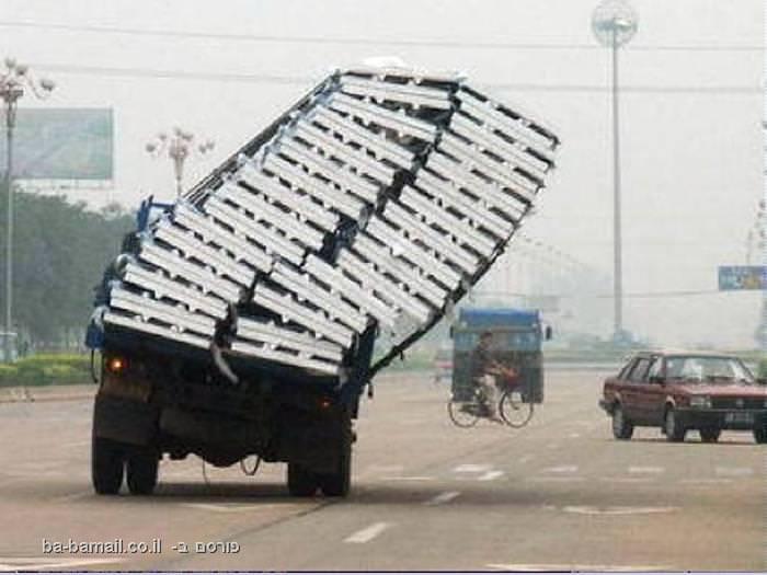 משאית נוטה על צידה